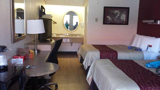 Red Roof Inn Buffalo Niagara Airport: laminate flooring!!!