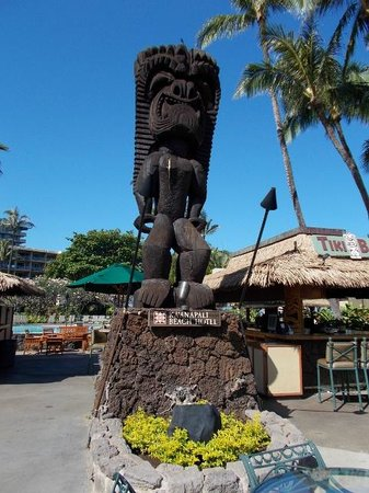 Kaanapali Beach Hotel: Statue on grounds