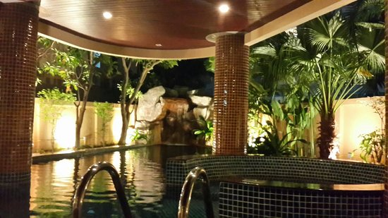 Nova Gold Hotel: Pool area at night