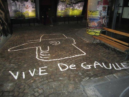 "Memorial Charles de Gaulle: Надпись на полу музея ""Слава де Голлю"""