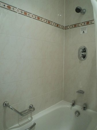 Oatlands Park Hotel: Part of the bathroom