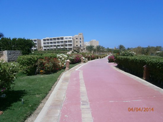 Fort Arabesque Resort, Spa & Villas: Easy to walk pathways all around the grounds