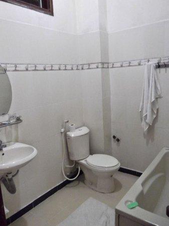 Thinh Vuong Hotel: Bath
