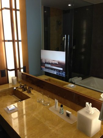 JW Marriott Marquis Miami: bath 3 with tv