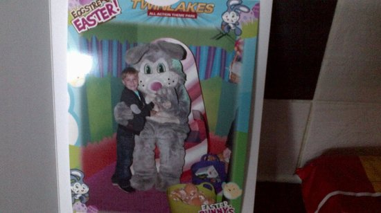 Twinlakes Park: Visiting the easter bunny