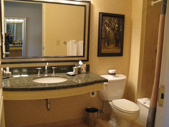 Omni Atlanta Hotel at CNN Center : Clean Bathroom