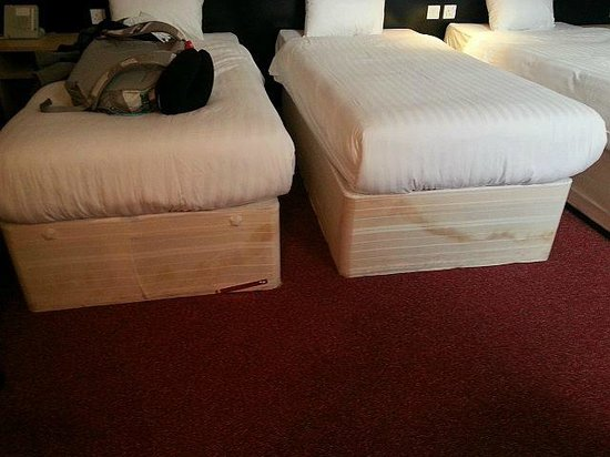 Ruskin Hotel: Water stains on bed platforms