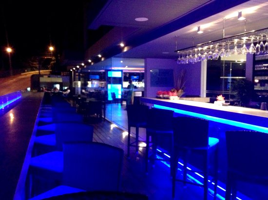 The Blue Mango Bar and Grill: Bar on the outside balcony