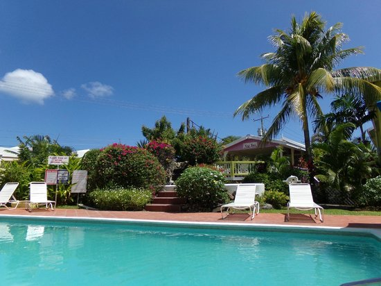 Bay Gardens Hotel: By the quiet pool