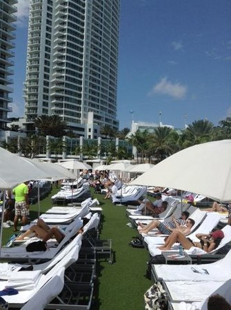 Fontainebleau Miami Beach : pool at 10 am