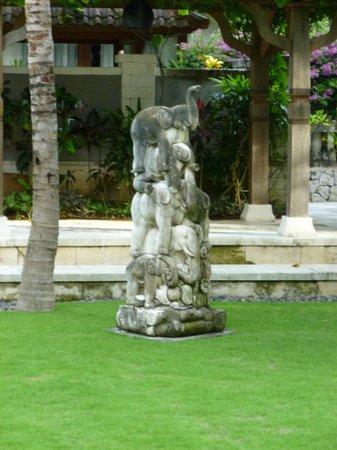 Sudamala Suites & Villas: Statue in Courtyard