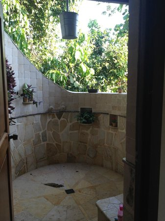 Ian Anderson's Caves Branch Jungle Lodge: Private outdoor shower