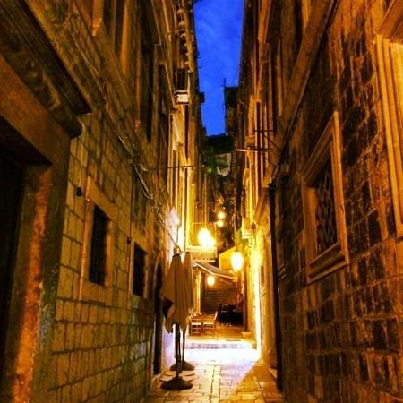 D'vino Wine Bar : alley to d'vino