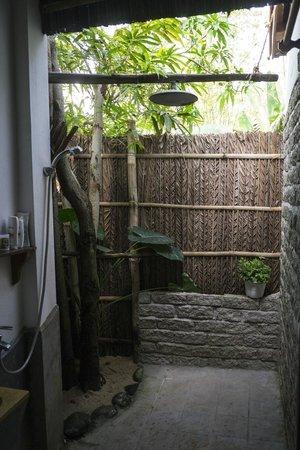 An Bang Seaside Village Homestay: Open air shower