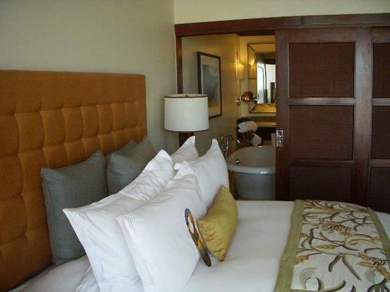 Real InterContinental at Multiplaza: bed to bath