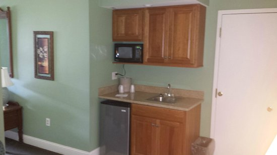 Cape Cod Irish Village: Kitchenette in room