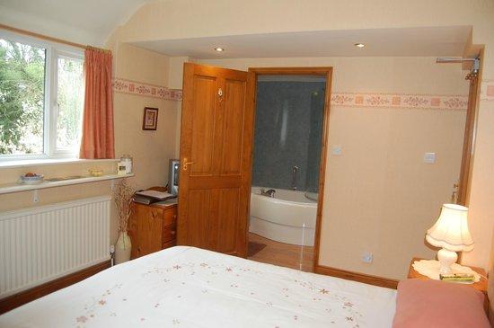 Ravencroft B&B: Peach Room & En suite