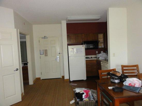Residence Inn Orlando at SeaWorld: puerta de entrada y cocina