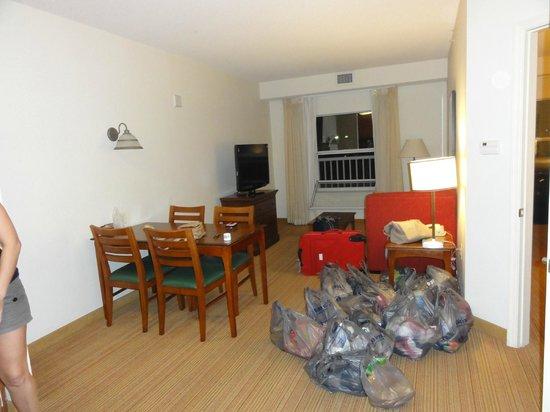 Residence Inn Orlando at SeaWorld® : sillon cama y mesa