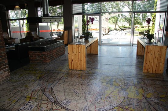 Protea Hotel by Marriott OR Tambo Airport: Foyer to the lounge, restaurant and outdoors
