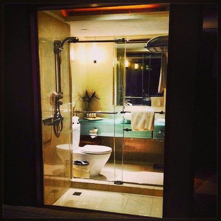 Four Points by Sheraton Shanghai, Pudong: Glass panel separates the room and toilet.  An opaque screen provides privacy.