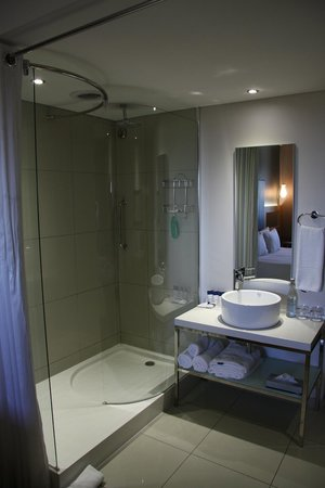 Protea Hotel by Marriott O.R. Tambo Airport: Open Shower to the Room