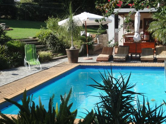 Marula Lodge Guesthouse: Garten mit Pool