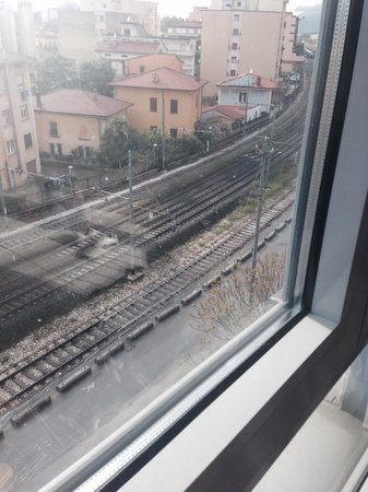 Residence le Corniole Aparthotel: View of railway tracks!