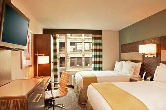 Holiday Inn Express Manhattan Times Square South: Stanza con vista sulla via principale