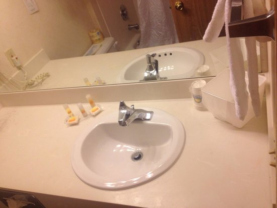 Red Lion Inn & Suites- Sequim at Olympic National Park : Bathroom with soaps, ice bucket and cups
