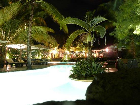 Emeraude Beach Attitude : Piscine (vue de nuit)