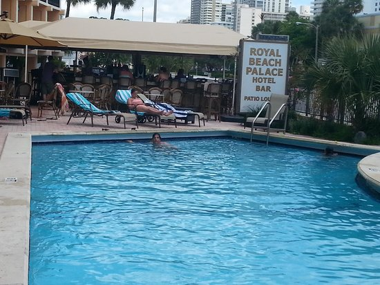 Royal Beach Palace: pool and bar