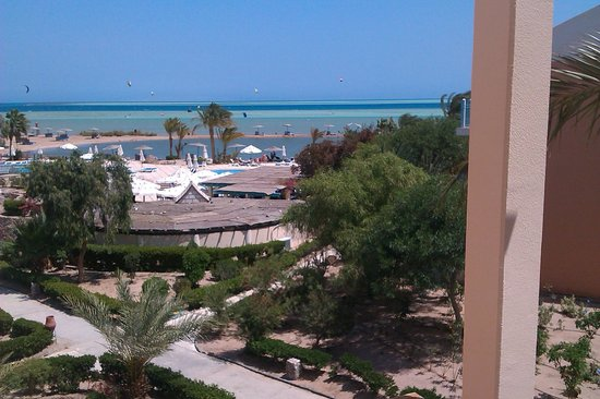 Movenpick Resort & Spa El Gouna : Beach view with Kitesurfers