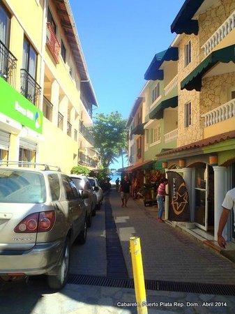 Hotel Villa Taina: Callejón comercial próximo