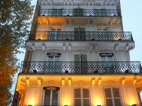 Avalon Hotel Paris Gare du Nord: Façade éclairée