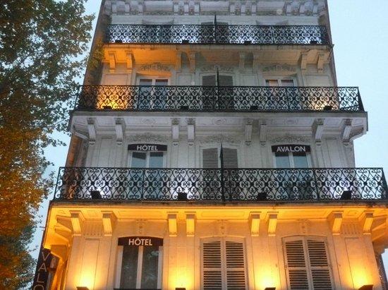 Avalon Hotel Paris : Façade éclairée
