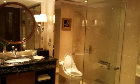 Central Hotel Shanghai: Bagno grande e pulitissimo