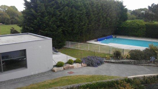 Le Galet Hotel & Spa : Vue d une chambre Spa et piscine extérieure.
