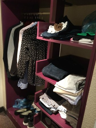 Mercure Paris Gare Montparnasse : Wardrobe without doors/drawers