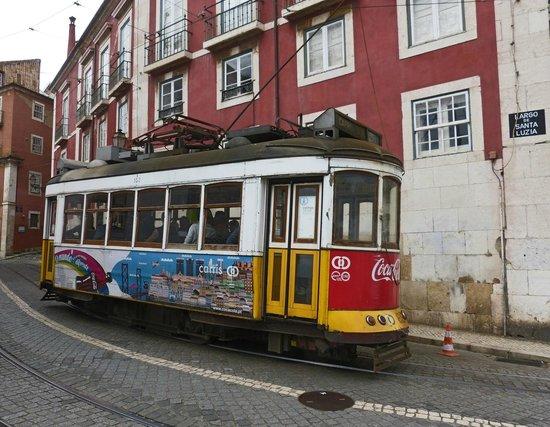 Tram 28 : Electrico 28 near the Castle St George