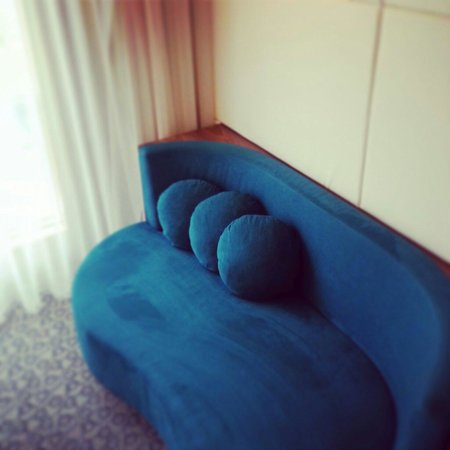 EPIC SANA Lisboa Hotel: A comfortable couch is always a welcome feature.