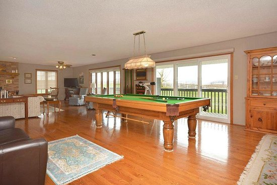 Mountain Ash Farm : Billiard Table and walk out to deck and view