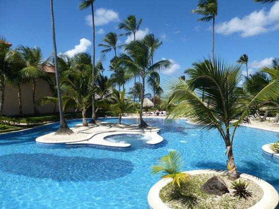 Majestic Colonial Punta Cana: Le bout de la piscine côté plage avec un jacuzzi