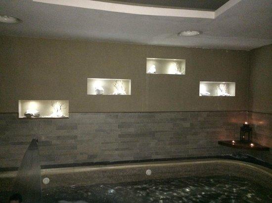 Mirage Day Spa: Particolare parete piscina