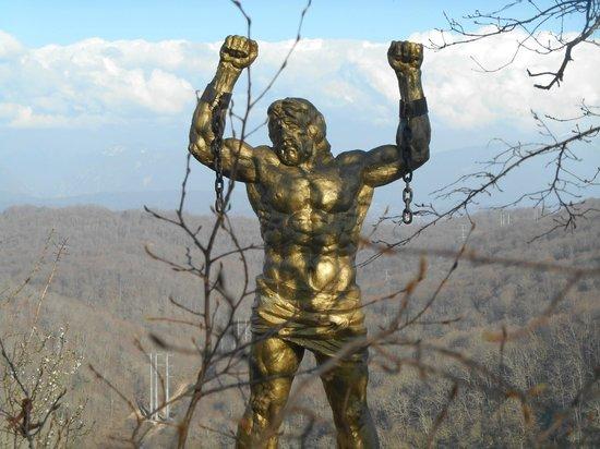 Agura Waterfalls: Статуя Прометея на вершине Орлиных скал.