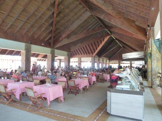 Majestic Colonial Punta Cana: Le restau de la plage, ouvert sur l'extérieur, avec sa magnifique charpente