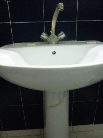 Hotel Ouarzazate Le Riad : Filthy cracked sink