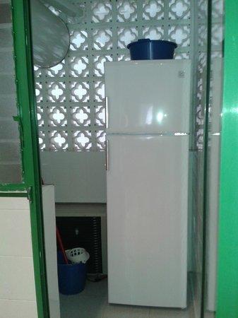 Apartamentos Torrelaguna: frigorifico en despensa y aparato aire acondicionado /calor