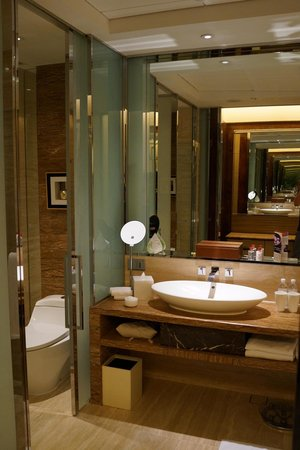 The Fullerton Bay Hotel Singapore: Spacious and modern bathroom