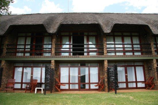 Bakubung Bush Lodge: 2 Story Hotel Rooms, Upper Rooms w. Balcony, Lower w. Terrace